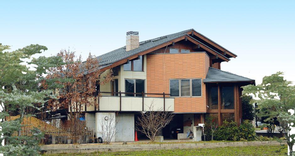 切妻大屋根2階建階下鉄筋コンクリートオープンガレージ及び薪ストーブ付住宅