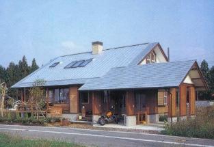 日本海を望む山間地に佇む薪ストーブ付き 平屋大屋根型2階建て住宅
