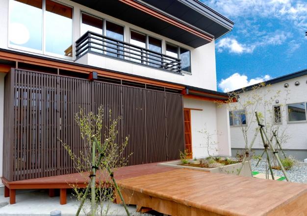 町家型可動格子折戸付き片流れ式大屋根住宅