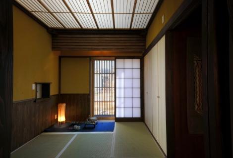 可動折り障子光天井と腰板張千本格子付きデッキの小和室