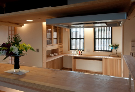 ダイニングより造り付け食器棚付ワークスペースを有するキッチン