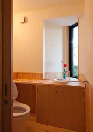 腰桧板張トイレ。桧板カウンターと出窓