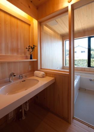 ハーフユニットバスによる内装総桧板張浴室