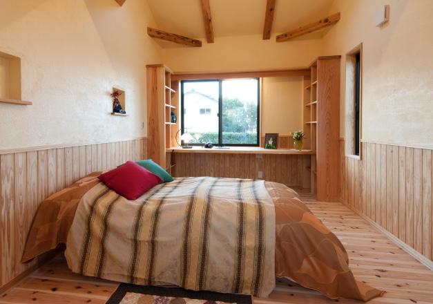 無垢パイン板張床及び腰壁の寝室