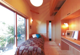 ロフト付天井と造付けカウンターのある寝室