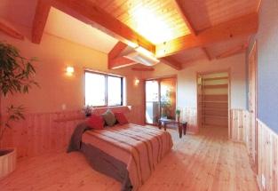 床及び腰壁無垢パイン板張の寝室