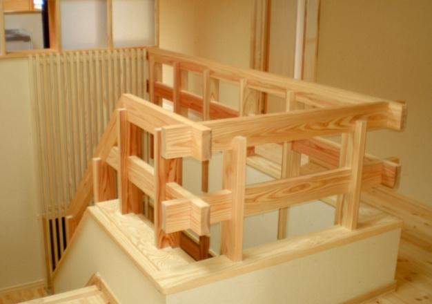 2階ホール(地杉材木組み階段手すりと笠木及び背面縦格子)