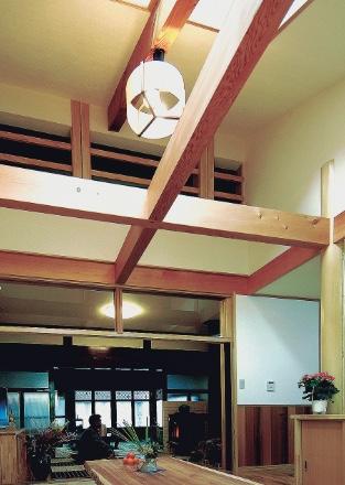 リフォームしたリビングダイニングの天窓2基と構造化粧梁現し吹き抜け天井