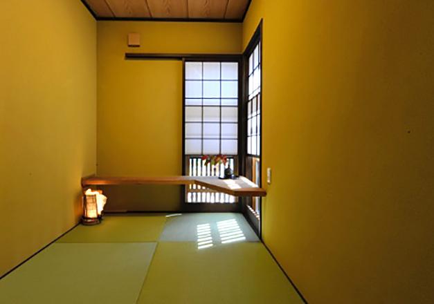 千本格子付デッキのある可動L型カウンター付和室。全面珪藻土壁