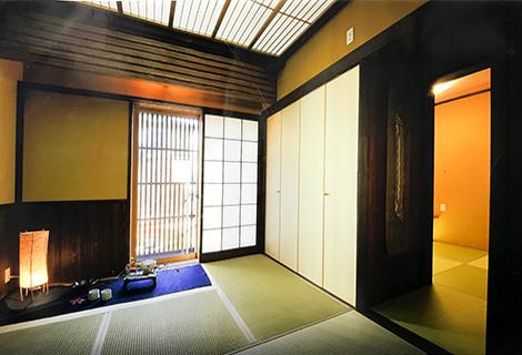 可動折り障子光天井と腰板張千本格子付きデッキの小和室の寄り